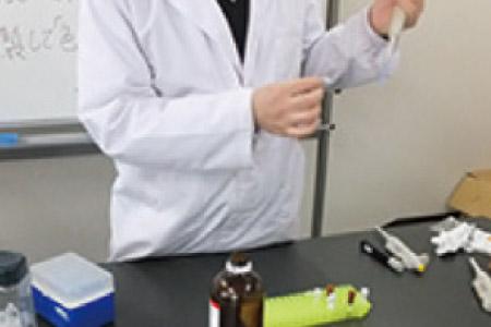 塩基配列解析の目的試料と試薬類を配合します。