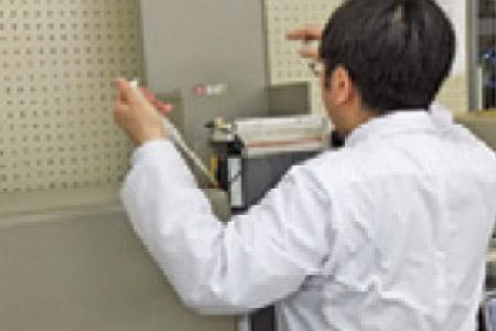 PCR反応させた試料を電気泳動用ゲルにセット。